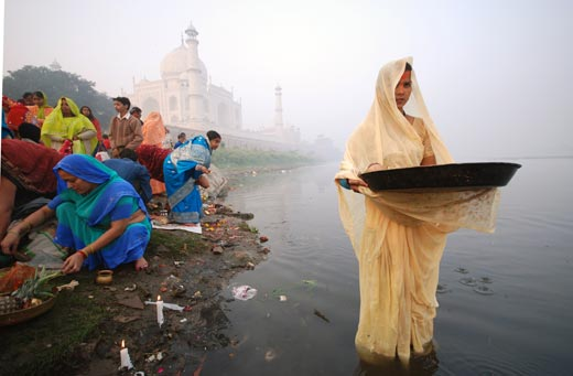 Woman praying during the Chhath Puja, a festival dedicated to the worship of the sun god, Indranil Sengupta (Hooghly, India), Photographed November 2007, Agra, India