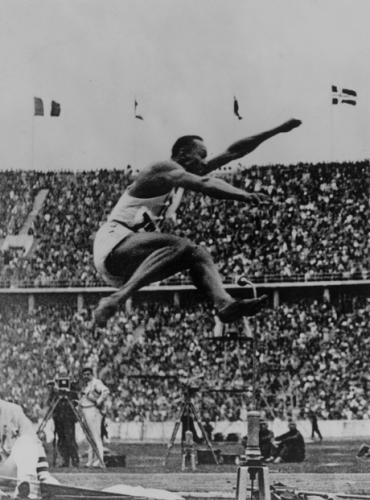 Джесси Оуэнс в финале прыжков в длину на Олимпийских играх 1936 года в Берлине, Fox Photos/Getty Images