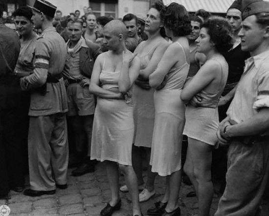 Унижение женщин-коллаборационистов после освобождения Франции от фашистов, 1944, Hulton-Deutsch Collection/Corbis