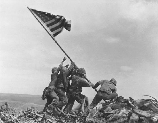 Морские пехотинцы водружают флаг на горе Сурибати, битва за Иводзиму, 23 февраля 1945, Джо Розенталь/A.P. Photo