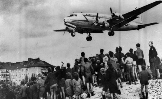 """Посадка """"Изюмного бомбардировщика"""" в западной части Берлина во время советской блокады, 1948, A.P.N./A.P. Photo"""