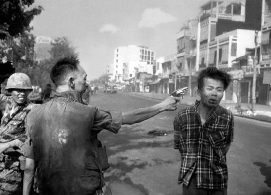 Начальник полиции казнит подозреваемого Вьетконговца, Южный Вьетнам, 1 февраля 1968, Eddie Adams/A.P. Photo