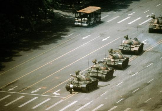 Танки на площади Тяньаньмэнь в Пекине во время про-демократических студенческих протестов, Stuart Franklin/Magnum Photos
