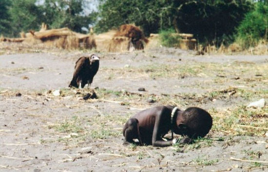Голод в Судане, март 1993, Kevin Carter/Megan Patricia Carter Trust/Sygma/Corbis