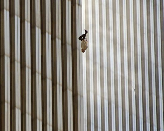 Падающий человек, башня Всемирного Торгового Центра Нью-Йорка, 11 сентября 2001, Richard Drew/A.P. Photo