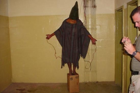 Заключенный тюрьмы Абу-Грейб в Багдаде, Ирак, 2003, A.P. Photo