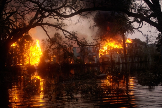 """После урагана """"Катрина"""" Новый Орлеан стал жертвой поджогов и грабежей, 4 сентября 2005, Thomas Dworzak/Magnum"""