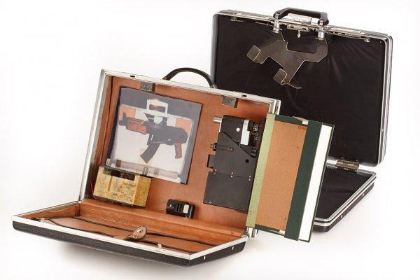 Атташе-кейс секретного агента со встроенной фотокамерой «Зоркий-6», начальная цена — 1200 евро
