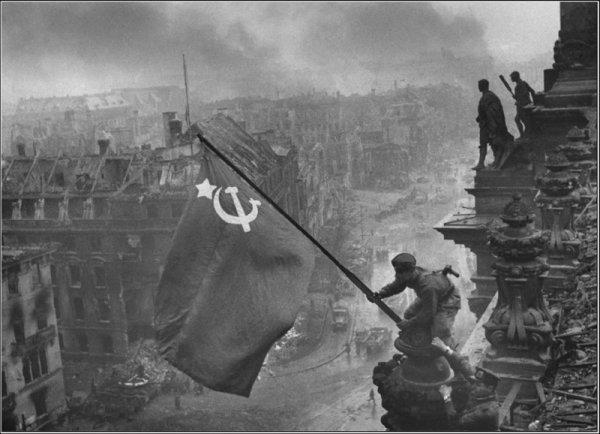 Евгений Халдей, «Знамя над Рейхстагом». Берлин. Май 1945г.